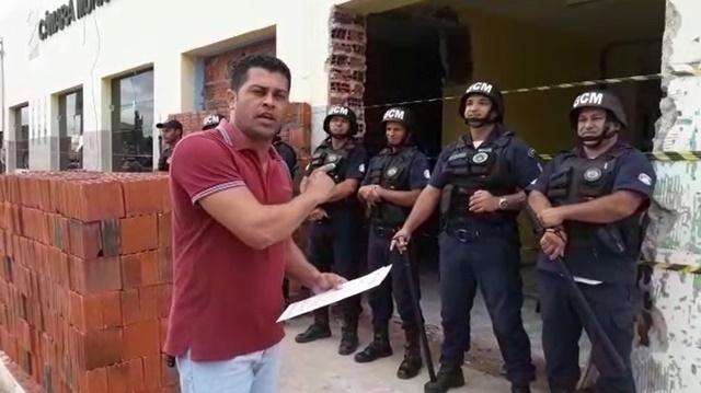 PRESIDENTE É BARRADO EM FRENTE À CÂMARA DE VEREADORES DE UAUÁ; VEJA O VÍDEO